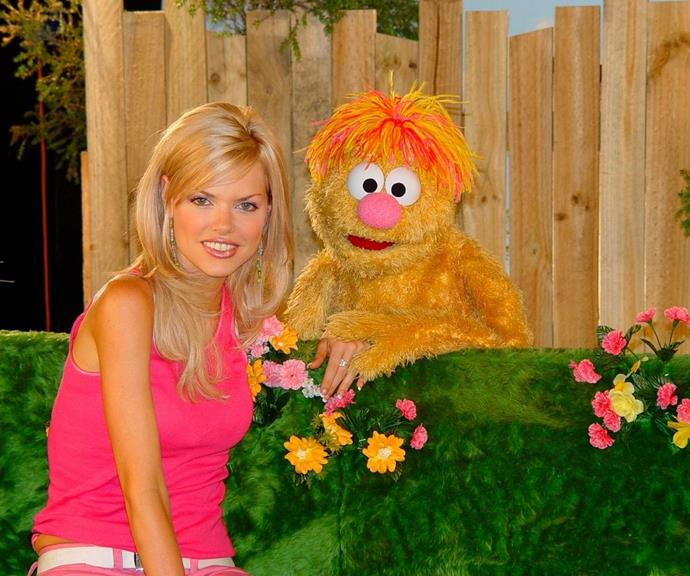 The performer opted for a more refined, old Hollywood style sweeping side-fringe for her appearance on *Sesame Street*. This moment took place in 2004 when thin eyebrows were still kicking.
