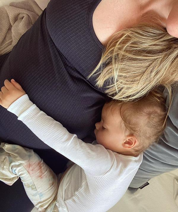 """Pregnant Jen shared this sweet [update on her growing baby bump](https://www.nowtolove.com.au/parenting/celebrity-families/jennifer-hawkins-pregnant-in-lockdown-68749