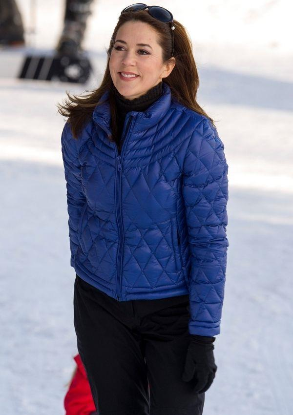 Mary is also a fan of suave royal blue puffers, which she wore in 2015 to the Danish Royal family annual skiing trip.