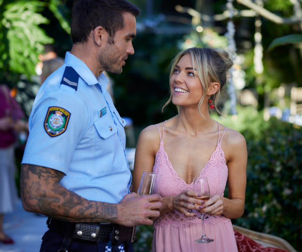 Jasmine (Sam Frost) is thrilled for Tori's new adventure in the UK with Christian and Grace, while Tori is delighted to see Jas' romance blossoming with hot cop Cash (Nicholas Cartwright).