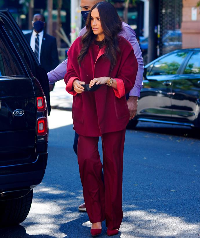 """Meanswear again! The following day Meghan donned [another monochrome ensemble](https://www.nowtolove.com.au/royals/british-royal-family/prince-harry-meghan-markle-new-york-details-69245