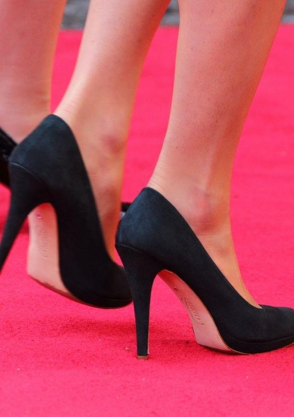 She styled her 50s inspired dress with these timeless black pumps.