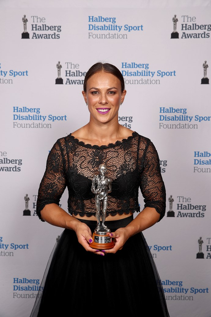 "Congrats! [Lisa Carrington](https://www.nowtolove.co.nz/health/fitness/olympian-lisa-carringtons-gold-medal-secrets-35073|target=""_blank"") poses with her Halsberg Sportswoman of the Year award."