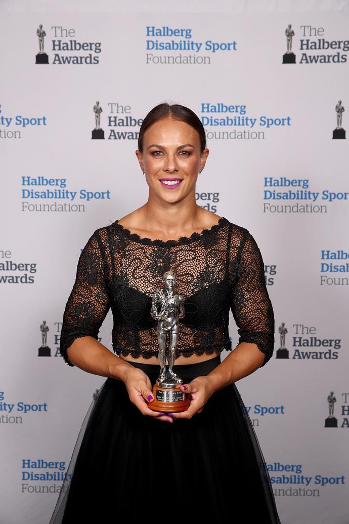 "Congrats! [Lisa Carrington](https://www.nowtolove.co.nz/health/fitness/olympian-lisa-carringtons-gold-medal-secrets-35073|target=""_blank"") poses with her Halsberg Sportswoman of the Year award."