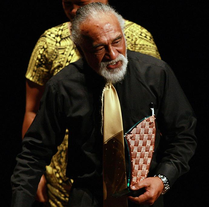 Tigi (Tigilau Ness) receives a lifetime achievement award at the 2009 S3 Pacific Music Awards.