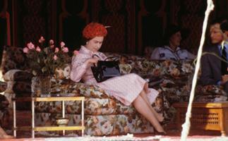queen elizabeth looking in her handbag marrakech