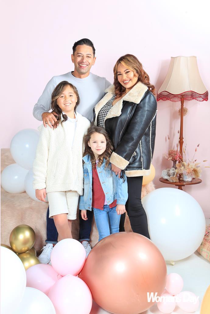 """Con su pareja Kerry y las niñas Mila (izquierda) y Madeline. """"Ver a mamá en la televisión les hizo la vida,"""" dice Vanessa."""