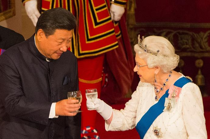 Queen Elizabeth and the Chinese President raise their glasses.