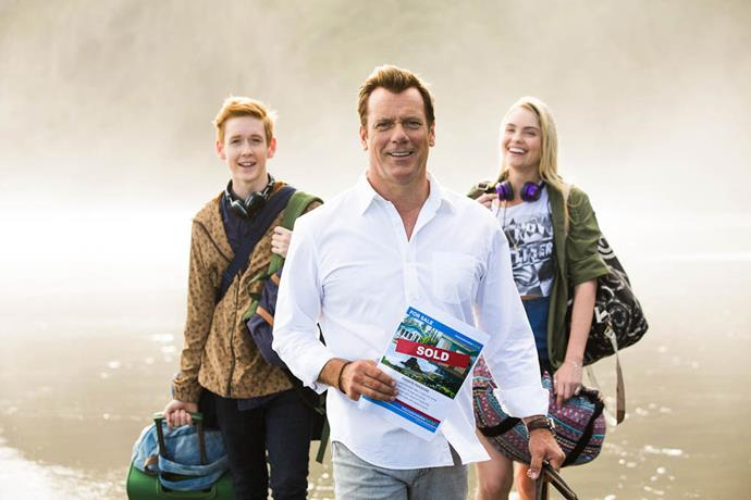 In *800 Words*, Erik Thomson stars as a widowed father-of-two named George Turner, who moves his kids back to New Zealand in an attempt for a fresh start.