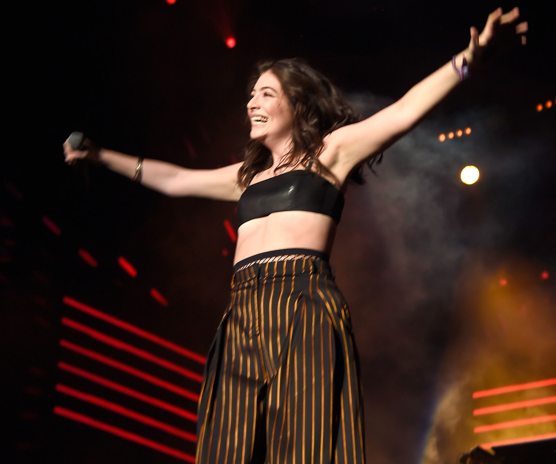 "[**Apr 18, 2016**](http://www.womansday.co.nz/celebrity/new-zealand-celebrities/lorde-sends-crowd-crazy-at-coachella-4501|target=""_blank"") The New Zealand singer stunned on stage in a black crop top and high-waisted pants. Photo: Getty"
