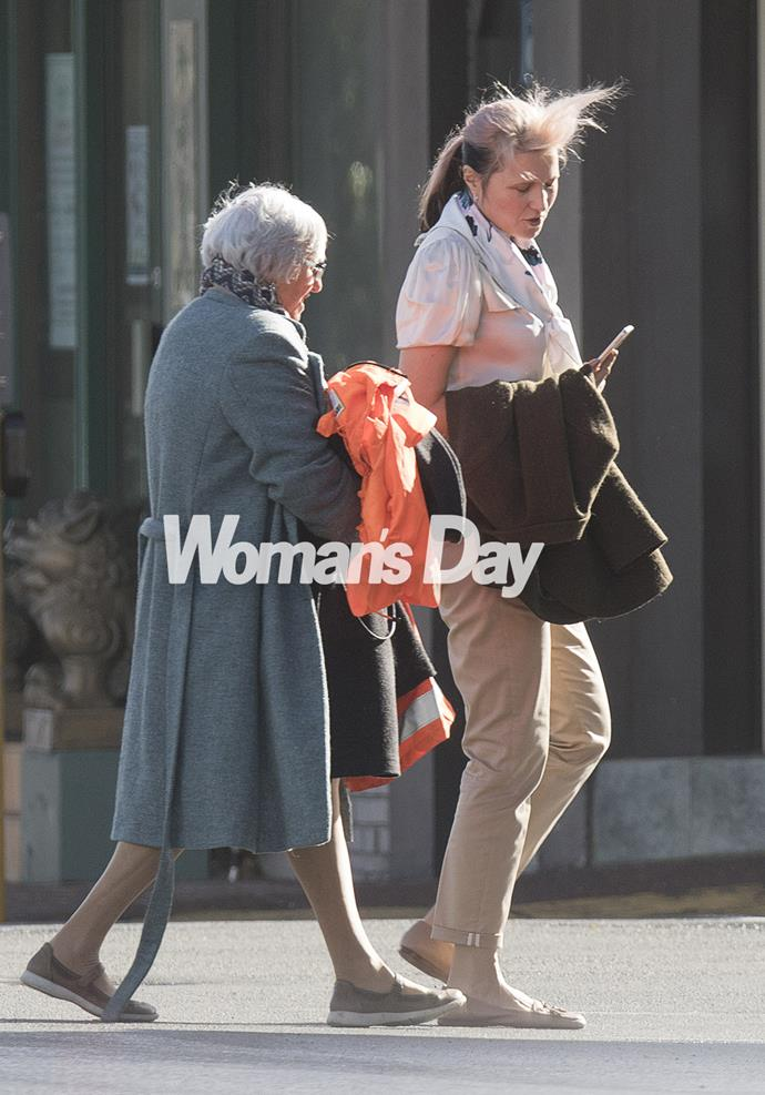 The Kiwi star carried a jacket draped over one arm as she chatted with Julie.