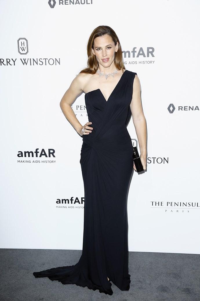 Jennifer Garner looked timelessly elegant at the amfAR Paris dinner during Fashion Week.