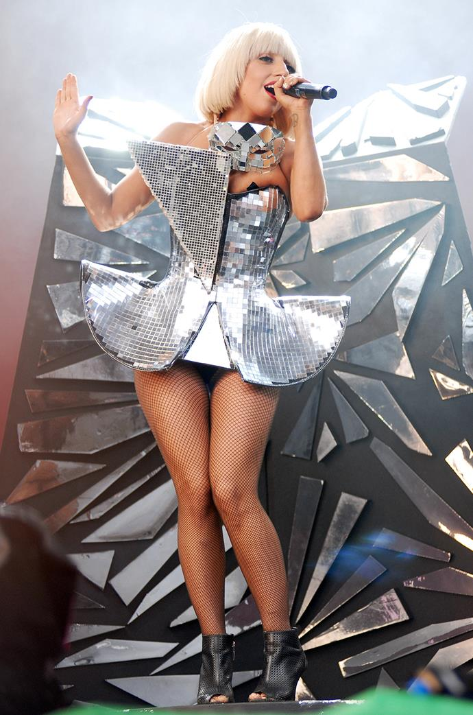 In 2009 she brought back her love of structured, mirrored outfits and fringes