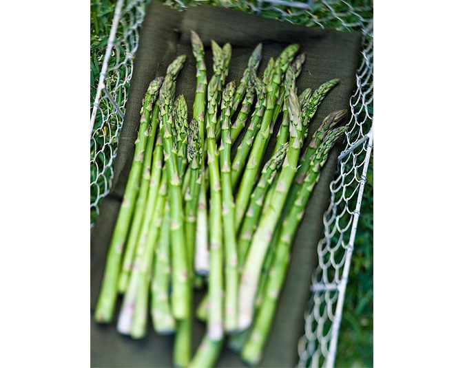 Asparagus: Contains 20 calories per 100g. Eating asparagus is a good way to detox as it contains diuretic nutrients that remove toxins from the body.