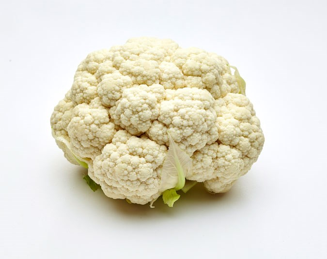 Cauliflower. Contains 25 calories per 100g. Cauliflower contains no fat and lots of fibre. If you eat it lightly steamed or raw, it takes longer to chew, giving your body time to realise it is full.