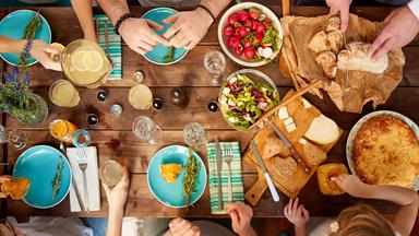 10 things you should never do at a dinner party, according to etiquette experts