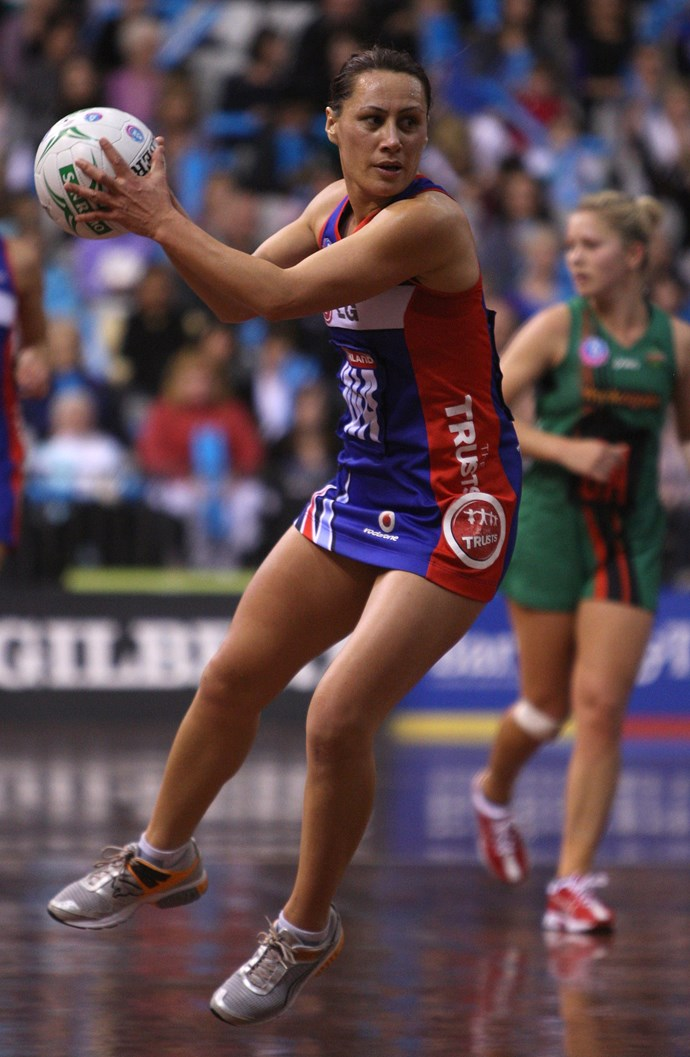 Despite retiring from national netball in 2002, Jenny May continued to play professionally for domestic sides after this point. Here she is in 2005 playing for the Mystics, the same year when she was given a job as sports presenter for *TVNZ.*