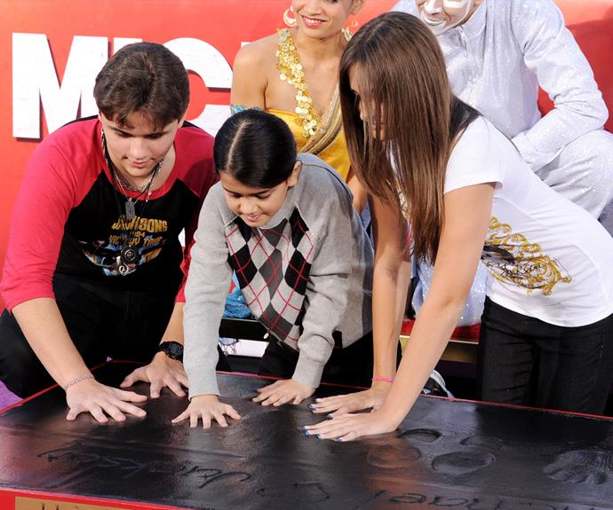 The Jackson clan pay tribute to their dad and they imprint their hand at Grauman's Chinese Theatre in LA.