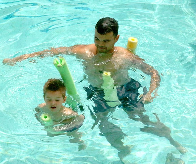 The singer and his mini-me son Hudson enjoyed floating about the pool.