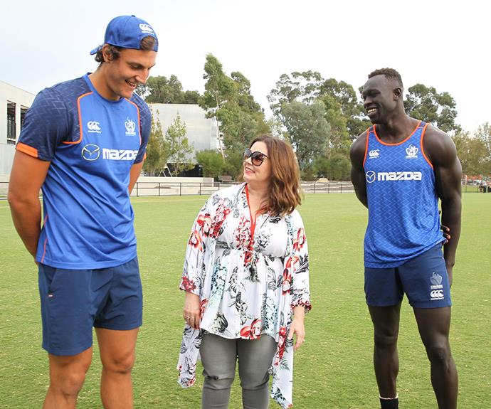 This American comedianne always seem make us laugh, and these latest contrasting happy snaps are no exception! Melissa McCarthy was spotted in Melbourne recently, where she was learning how to play Australian Rules Football with some very dashing athletes.