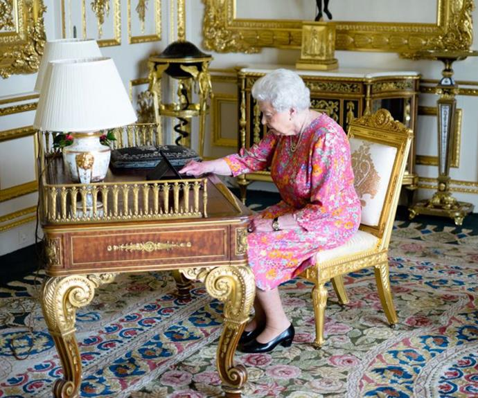 How tweet is this? Queen Elizabeth gets her royal Twitter on.