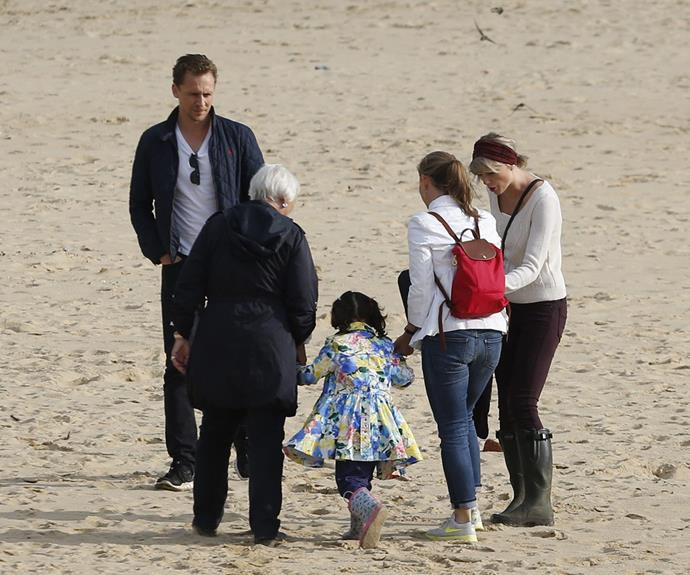 Tom took Taylor on a beach stroll with his family over the weekend, in their hometown of Suffolk.