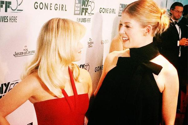 Reese chats with Gone Girl star Rosamund Pike at the film's premiere. Image: Twitter