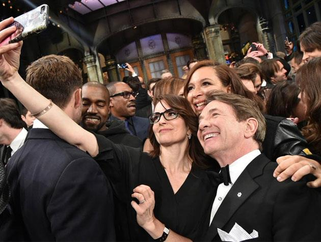 SNL alumnae Tina Fey and Maya Rudolph take a quick selfie in the midst of the crowd.